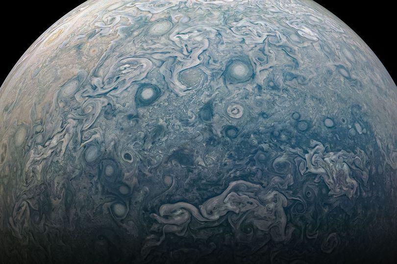 """Nava spațială Juno a NASA surprinde o fotografie uimitoare cu furtuna """"haotică"""" de pe Jupiter"""