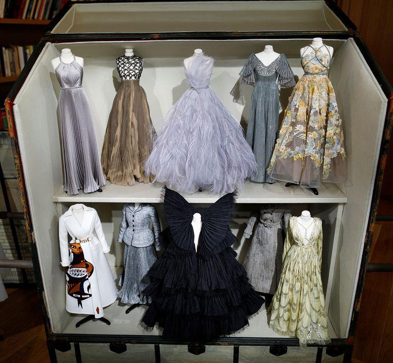 Dior dezvăluie colecția de haine pe manechine în miniatură